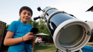 Ten-year old Chilean teaches star gazing to classmates