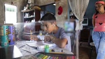 Venezuelan teen sells drawings on Twitter to buy food