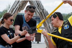 Ukraine's inseparable couple ditches the handcuffs and parts ways