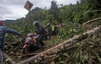 Damaged roads, lack of gear hinder Indonesia quake rescue (with photos)