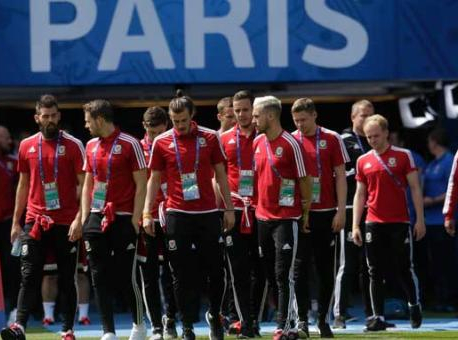 Euro 2016: Very British occasion in Paris as Wales meet Northern Ireland