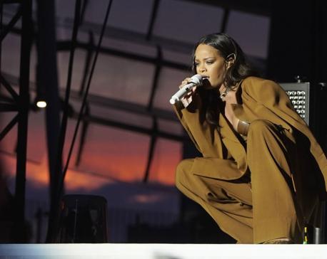 Rihanna breaks down in tears onstage