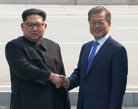 Kim Jong Un crosses into South, shakes hands with Moon