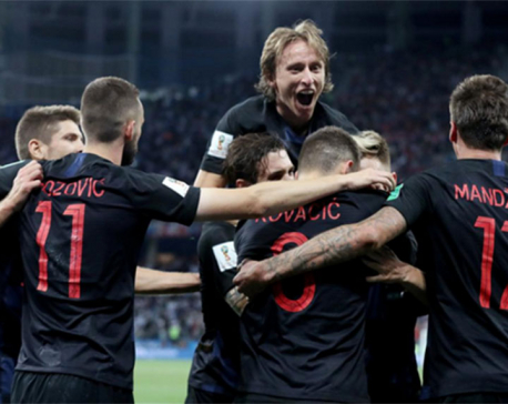 Classy Croatia rout Argentina to reach second round
