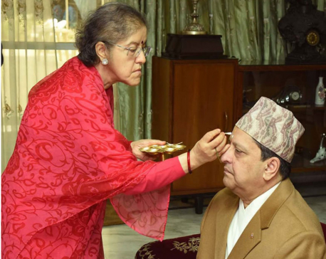 Formerking receives tika from his sistrer