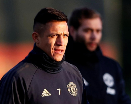 United's Sanchez hit by hamstring injury in training