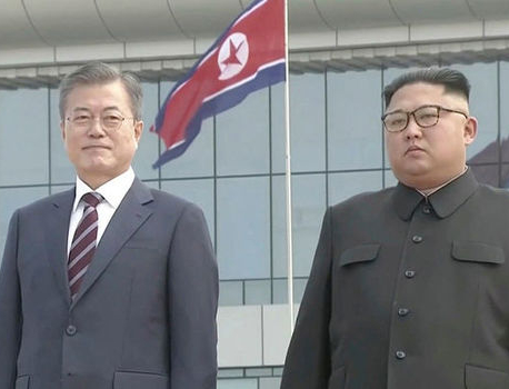 Kim Jong Un greets Moon at airport in Pyongyang