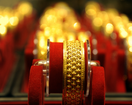 Gold traded for Rs 72,500 per tola, new record high