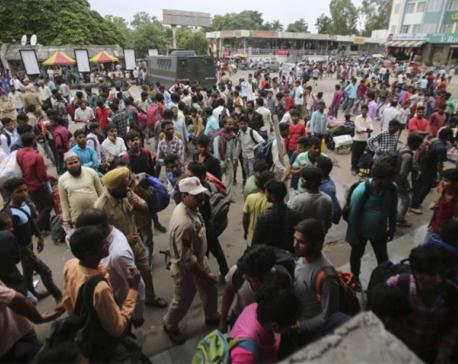 Hundreds of poor migrant workers flee Kashmir under lockdown