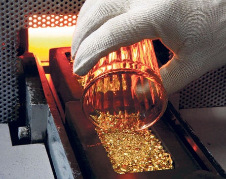 Gold price swells to Rs 62,200 a tola