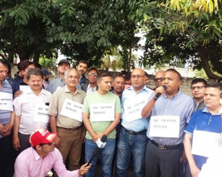 Journalists form human chain to protest media bill
