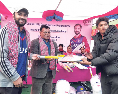 Sharad Vesawkar distributes cricket accessories
