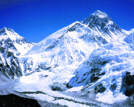 American climber dies on Everest, Indian missing