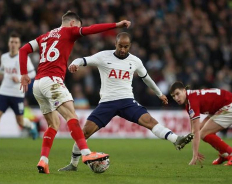 Moura rescues Tottenham at Middlesbrough, Chelsea progress