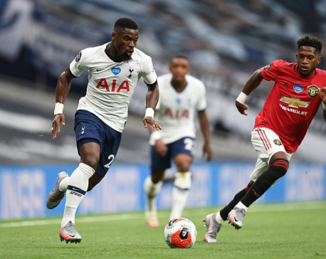 Fernandes penalty earns United a point at Tottenham