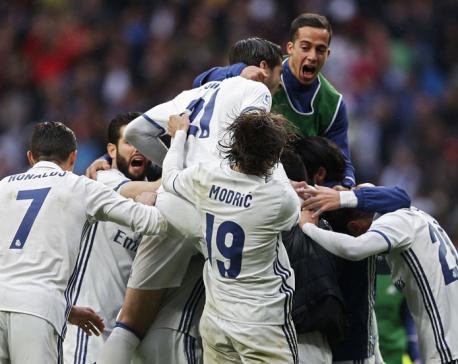 Barcelona, Madrid win as Liga title race nears climax