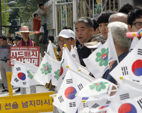 S. Korea premier pelted with eggs, bottles over missile site