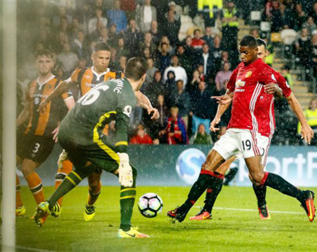 Rashford scores late, extends United's perfect start