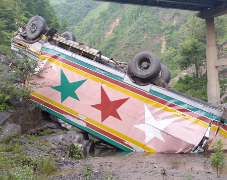 3 injured as cargo truck fell off bridge