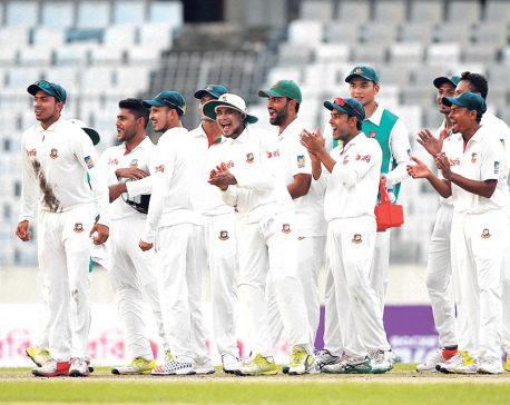 Aussies struggle to keep up with Bangladesh in 1st Test