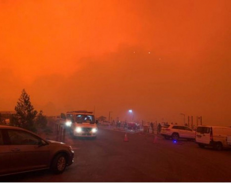 Thousands trapped on Australian beaches by dangerous bushfires