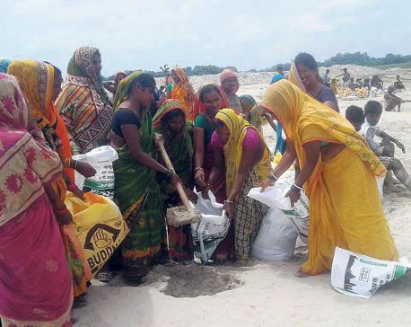 Flood-hit locals of Sakarpura building embankment