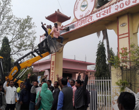 Madhesi leaders smear DCC signboard with black liquid