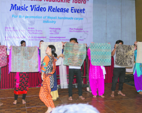 Carpet weavers groove to 'Aakashaiko Naulakhe Taara'