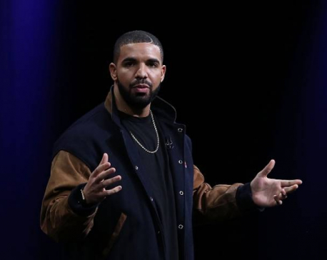Drake declares love for Rihanna during concert