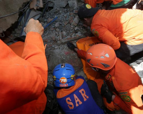 Indonesian quake toll passes 100 as rescuers struggle