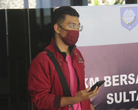 Man with coronavirus disguises as wife on Indonesian flight