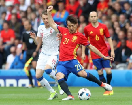 Pique scores late, gives Spain opening win at Euro 2016