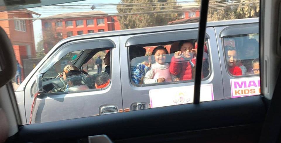 School van full of children, traffic police misses all the way