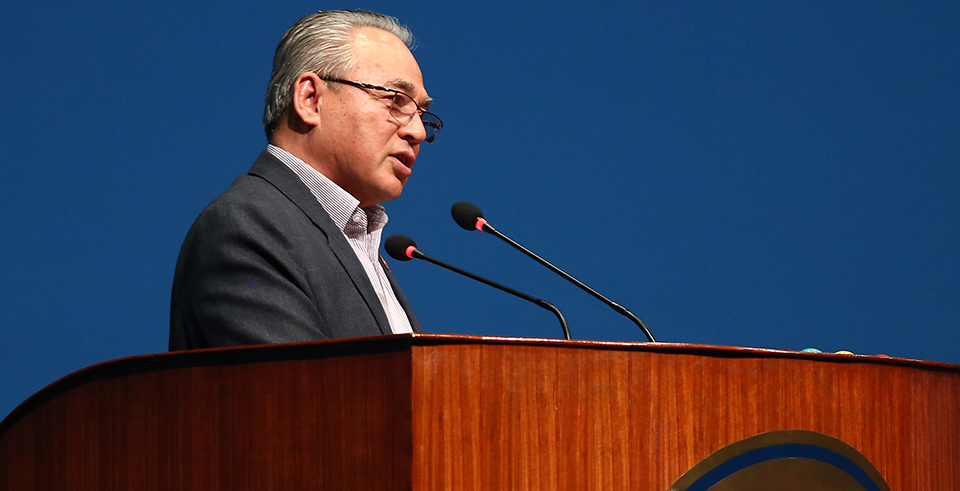 Home Minister threatens non-performing contractors with action