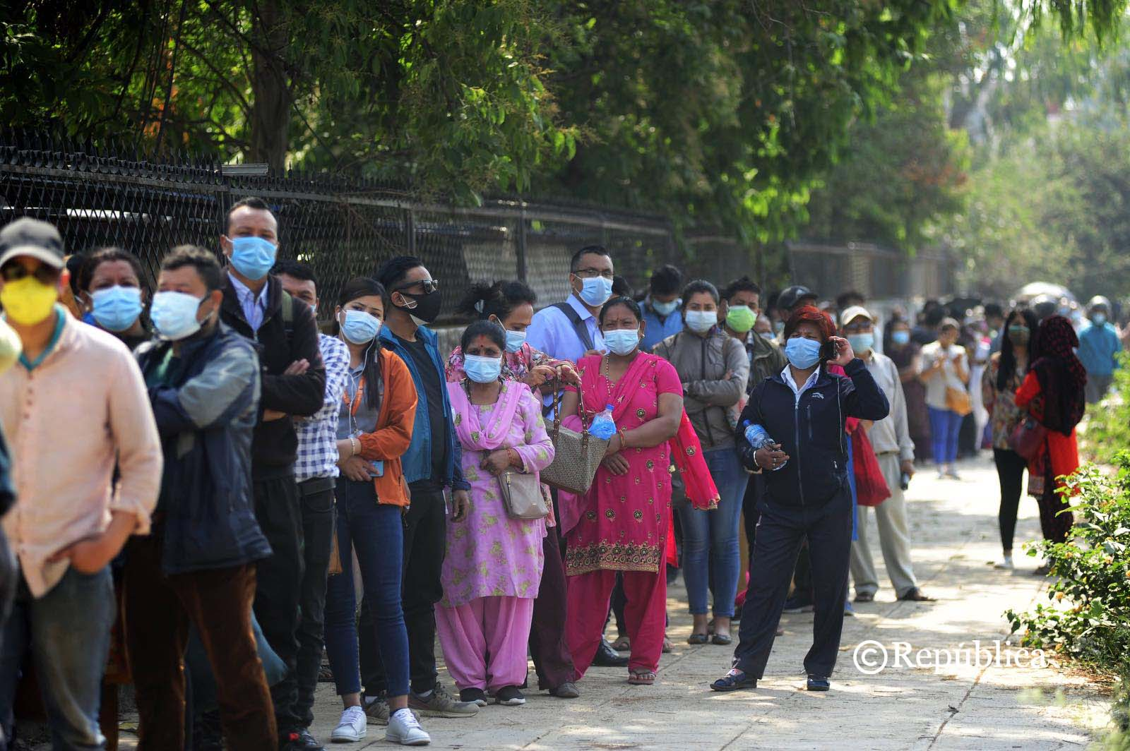 People stand in long queue to get first shot of Chinese -made COVID-19 vaccine (photo feature)