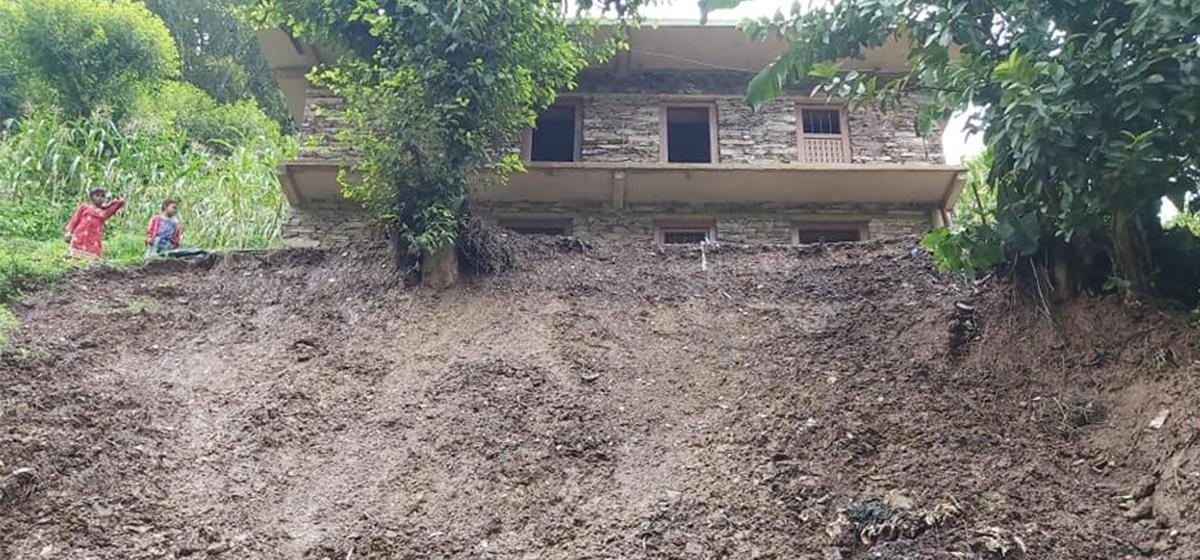 Six houses at high risk of landslides