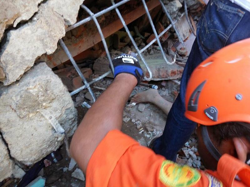 The Latest: Indonesia earthquake death toll rises to 102