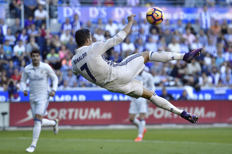 Ronaldo scores 3 in Madrid win, Barca & Atletico keep pace