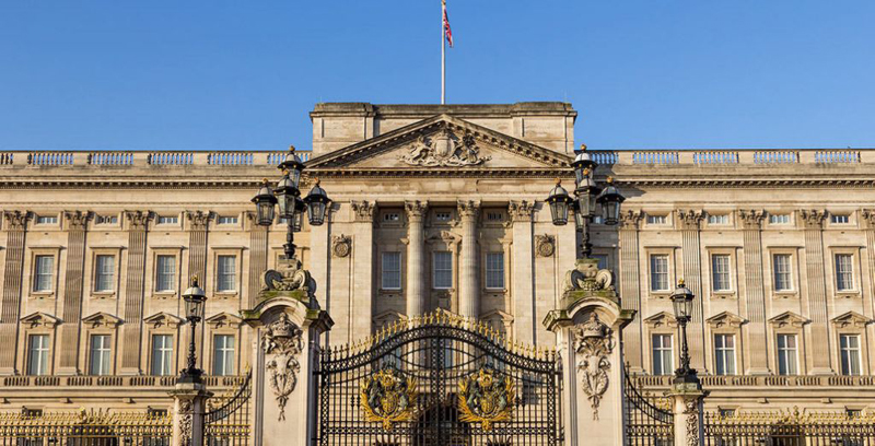 Man arrested in London after climbing Buckingham Palace gate