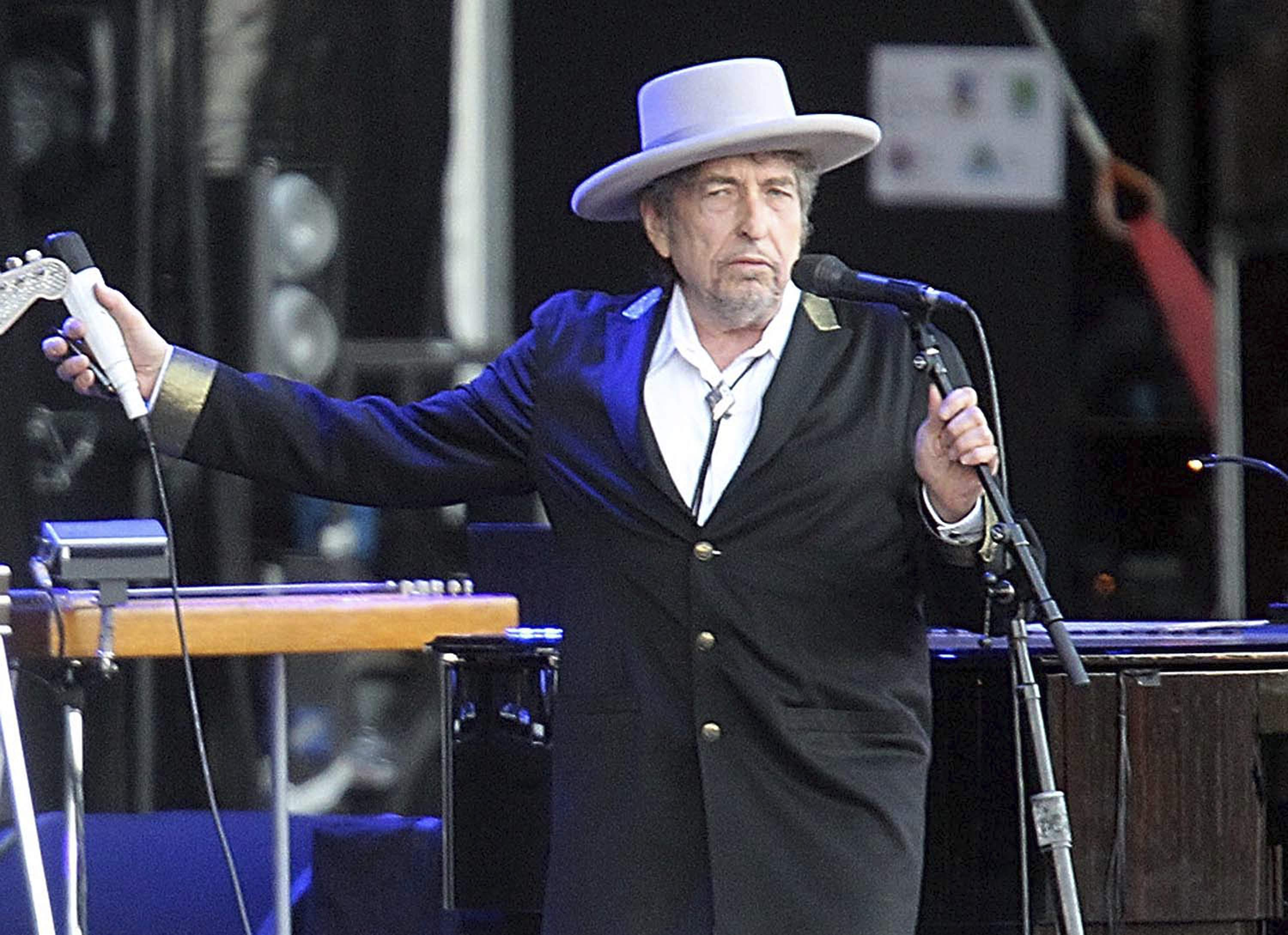 Bob Dylan is 'sorry' he didn't show up to accept the Nobel Prize