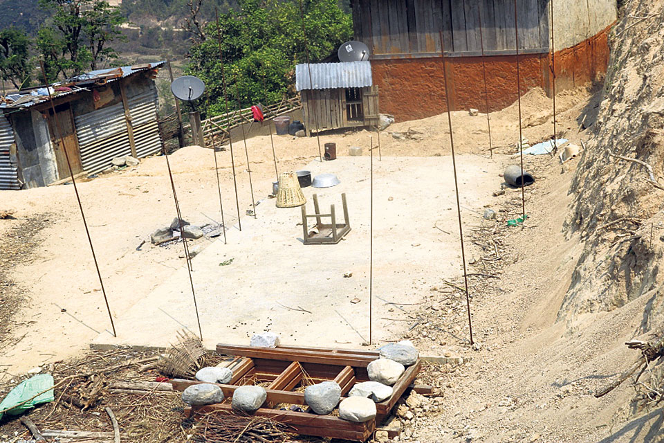 Construction of quake victims' houses limited to foundations
