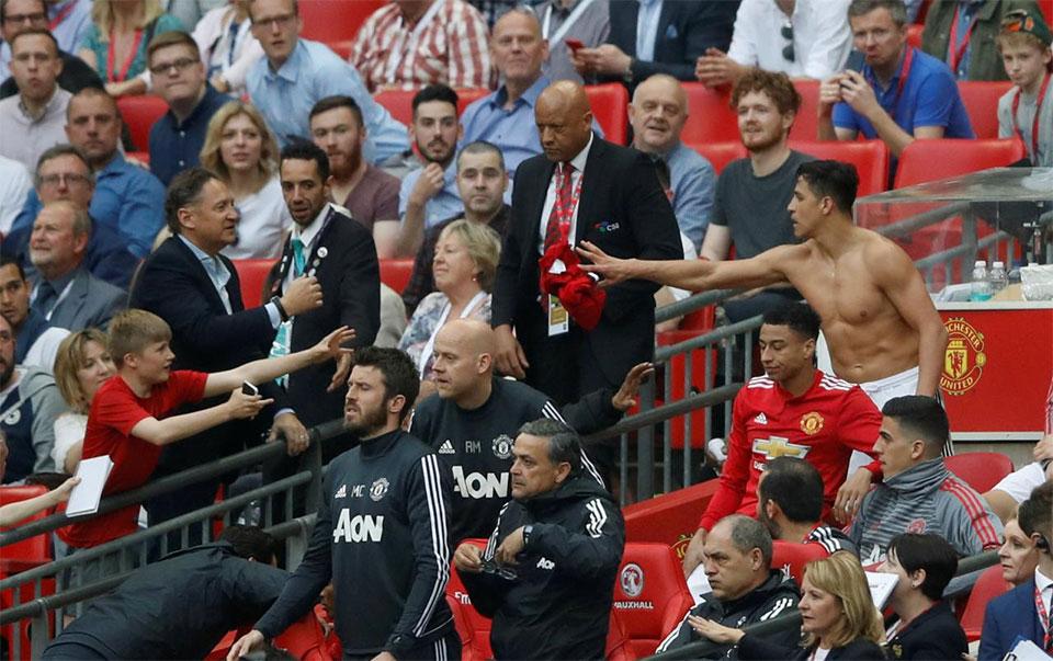 Sanchez inspires Man Utd comeback win over Spurs in Cup semi