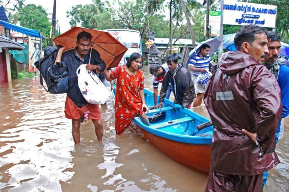 India monsoon: At least 324 killed in Kerala floods as rescuers work to evacuate survivors