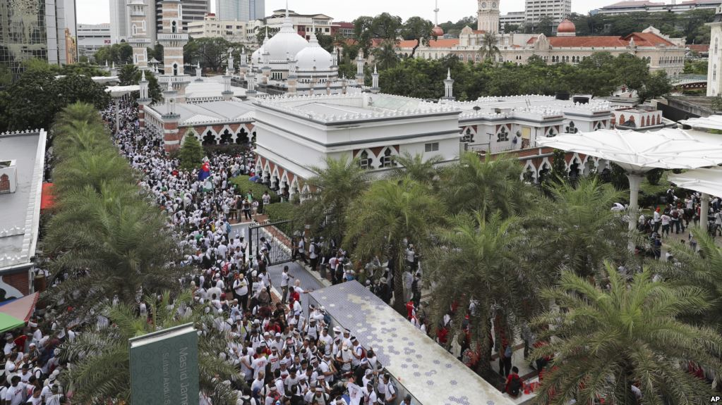 Malaysia Muslims rally to keep privileges