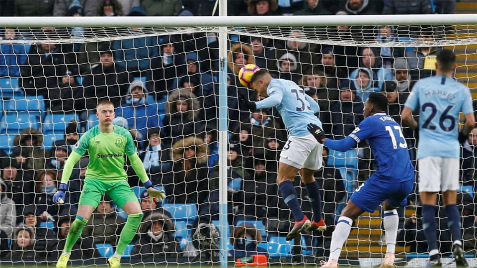 Jesus sends Manchester City top as Spurs leave it late