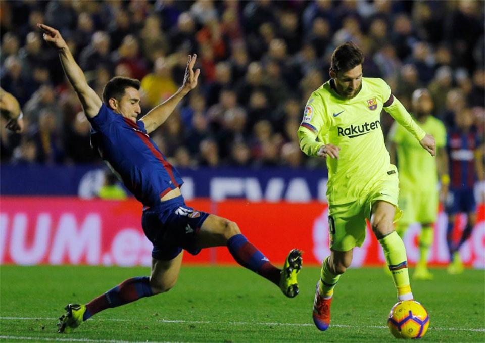 Messi hat-trick adorns Barca's 5-0 romp at Levante