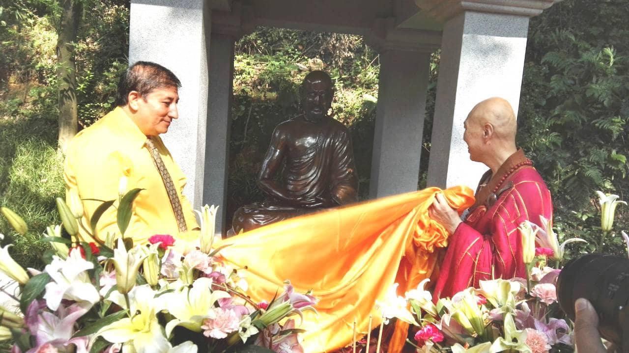 Bhattarai hands over bronze statue of Buddhabhadra to Dongling Monastery