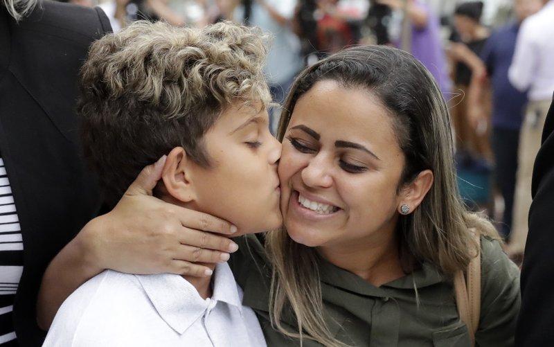 Judge rejects blanket delay to reunite children at border