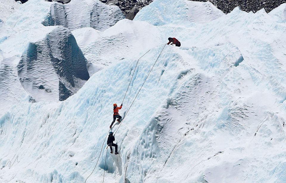 Guide team scales Everest at start of spring season