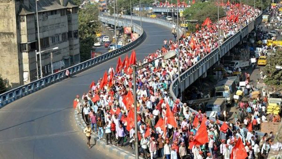 Indian farmers march to Delhi demanding debt waiver
